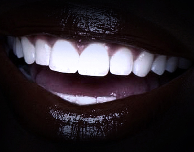 Sonrisa con fondo negro