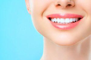 Hermosa sonrisa cuidada con los mejores productos dentales
