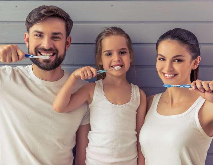 familia cepillándose los dientes