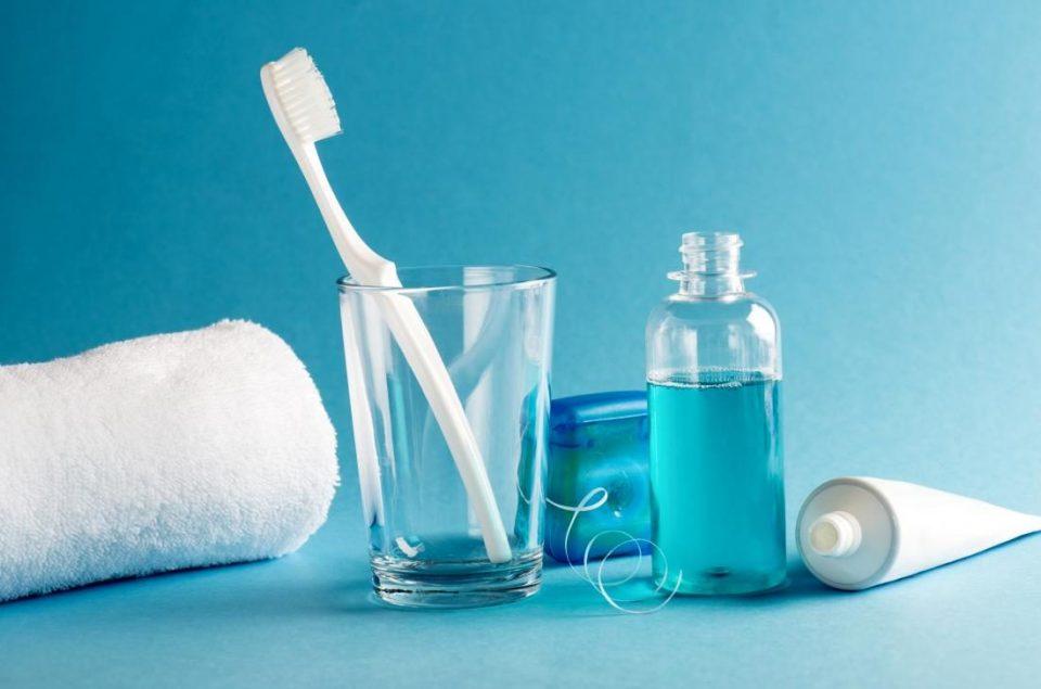 no solo debes cepillarte los dientes con un buen cepillo, también debes escoger bien la pasta e hijo dental y un enjuague bucal